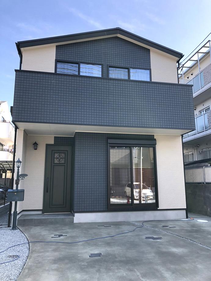 トレンドカラーの外装が際立つ木造二階建て住宅